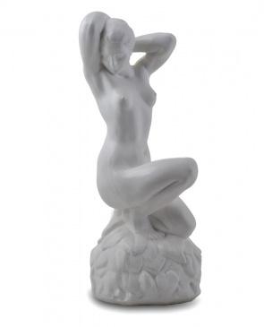 Садовая фигура-статуэтка Девушка на камне (белая)