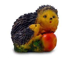 Садовая фигура из гипса Ежи с яблоком